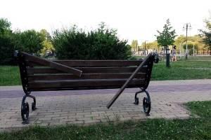 В Брянске вандалы разгромили скамейки на Набережной