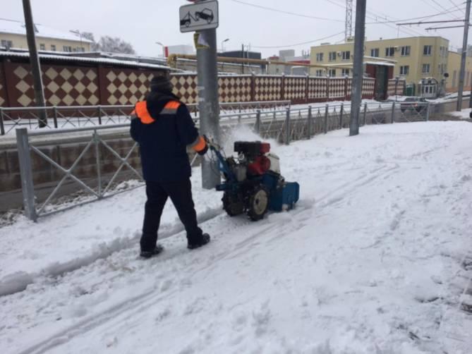 В Брянске за ночь на дороги высыпали 700 кубометров песка