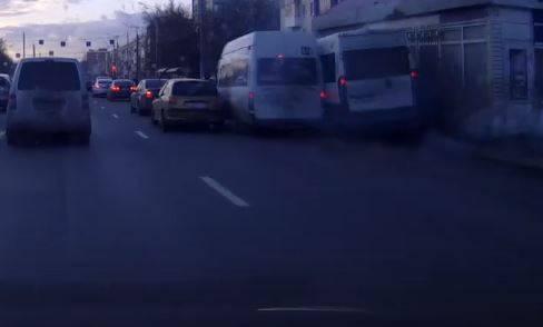 В Брянске безумная гонка маршрутчиков привела к ДТП