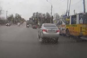 В Брянске водитель «Toyota Camry» создал аварийную ситуацию