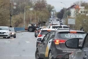 В Брянске дорожники устроили пробку на черметовском мосту