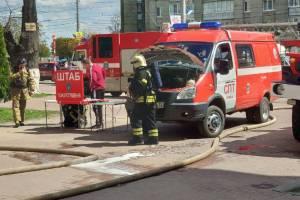 Штаб пожаротушения развернут возле детской поликлиники в центре Брянске