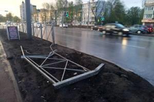 В Брянске на улице Авиационной снесли уродливый забор
