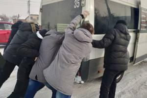 В Брянске пассажиры вытащили маршрутку №35 из снежного плена на Городище