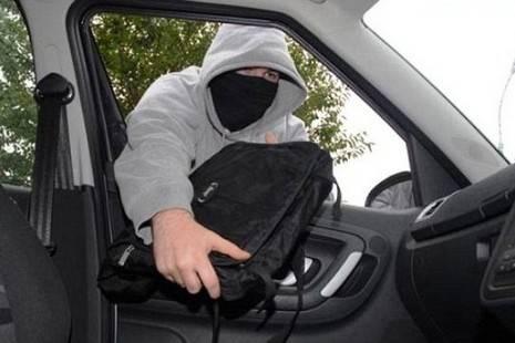 В Брянске из машины на парковке ТЦ Европа украли ноутбук