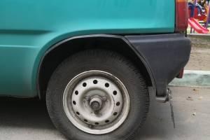 Фотографии проколовшего ножом колёса автомобиля брянца выложили в соцсети