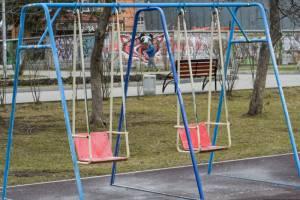 Пятилетнюю девочку убило качелями на детской площадке