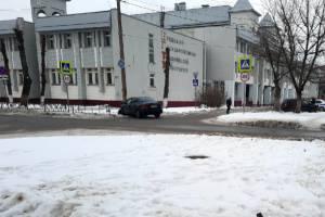 В Брянске у БГТУ легковушка протаранила столб