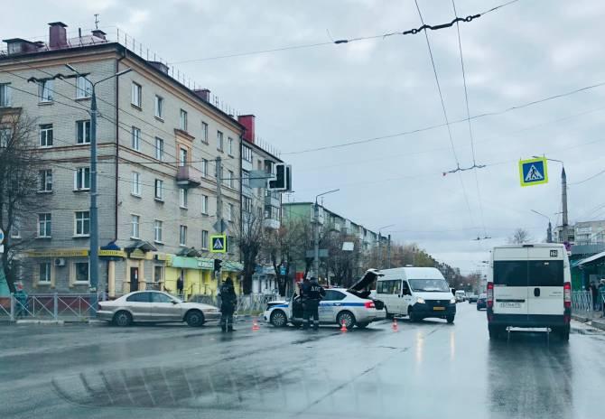 В Брянске у БУМа разбились машина ДПС и легковушка