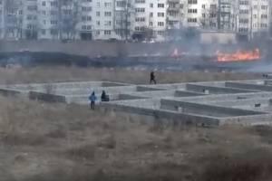 В Клинцах загорелось поле возле многоэтажек