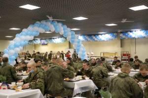 Брянских военных на Новый год накормили чак-чаком
