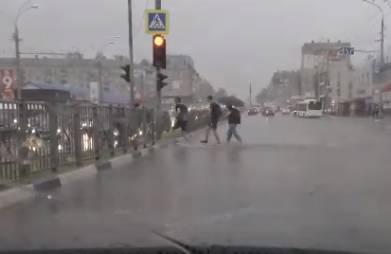 В Брянске улица Ульянова во время дождя ушла под воду