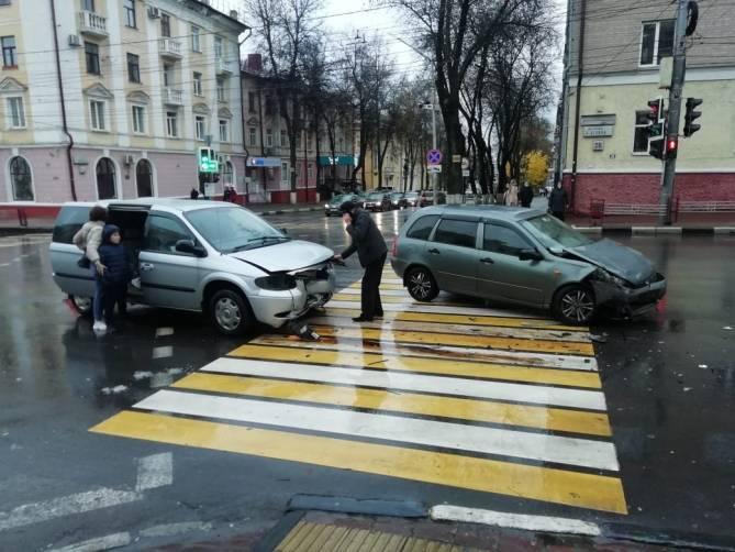 В Брянске на перекрестке у Советского ЗАГСа столкнулись две легковушки