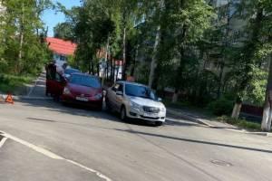 В Брянске не поделили дорогу городское такси и легковушка