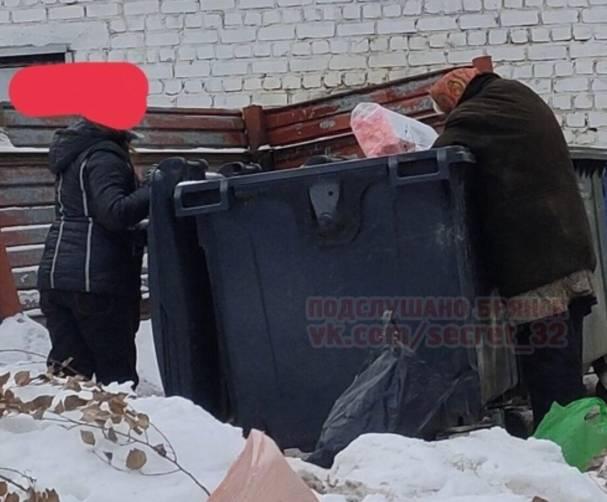 В Брянске пенсионеры искали просрочку среди отходов супермаркета