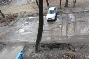 В Брянске улица Крахмалева утонула в грязи и отходах