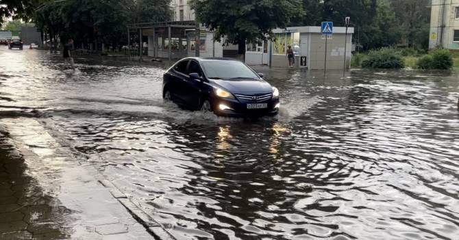 В Брянске после сильного ливня утонула улица Куйбышева