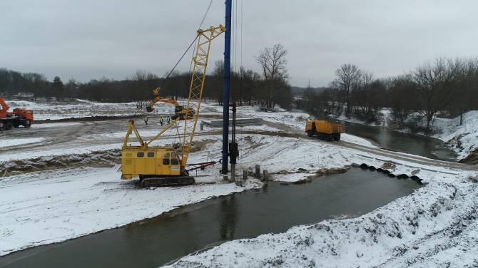 В Брянске забили 150 свай на мосту через Снежеть