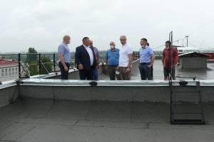 Депутаты Брянской облдумы с риском для жизни провели рейд по крышам многоэтажек
