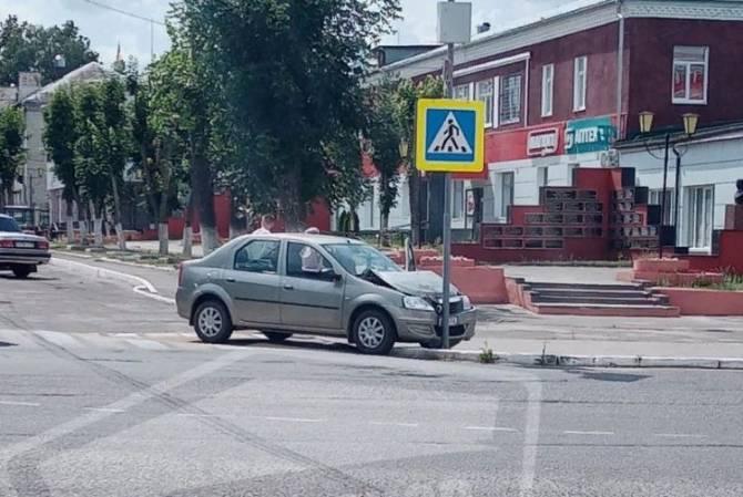 В Новозыбкове не поставленная на ручник машина врезалась в дорожный знак