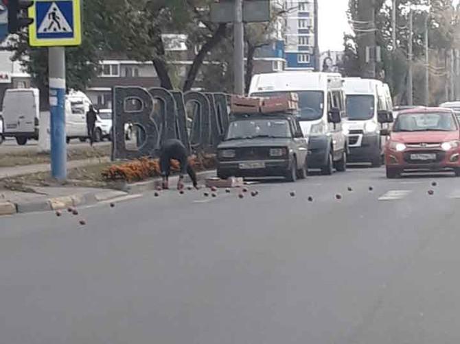 В Брянске въезд в Володарский район засыпали картошкой