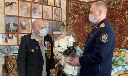 В Брянске следователи поздравили ветерана с Днем защитника Отечества