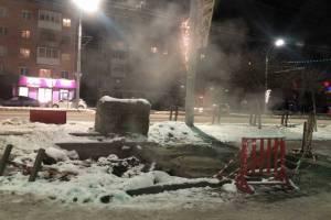 В Брянске яму на изуродованном тротуаре в центре города пообещали подсыпать песком