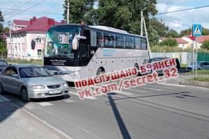 В Брянске на улице Урицкого автобус въехал в иномарку