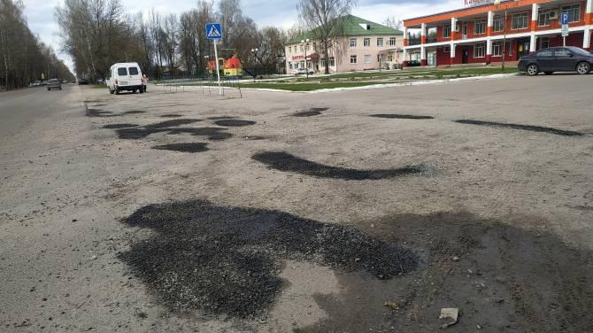 В брянском поселке Локоть залатали дыры на дорогах