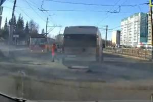 В Брянске водитель маршрутки едва не сбил пешехода