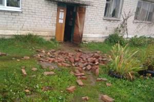 В брянском селе женщину едва не убили кирпичи рухнувшего дымохода