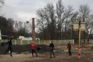 В поселке Мичуринский нашли жуткую баскетбольную площадку для детей