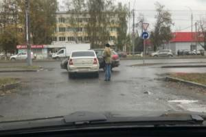 В Брянске возле поликлиники №5 столкнулись две легковушки