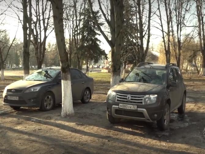 Наглые водители превратили сквер Брянской пролетарской дивизии в парковку