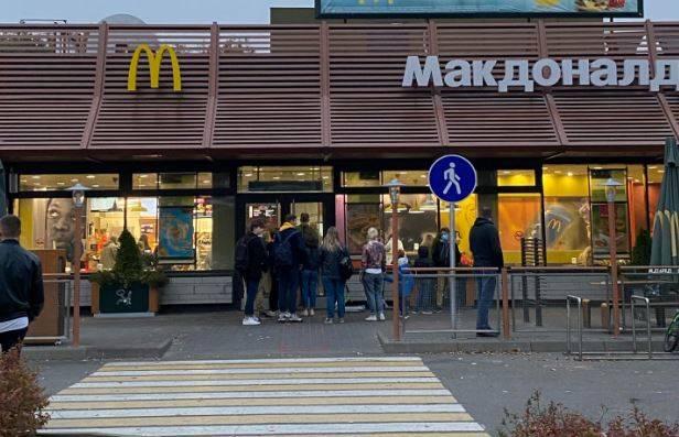 В Брянске выстроилась очередь на вход в ресторан McDonald's