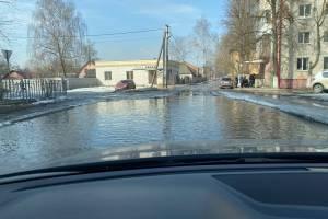 В Брянске проезжая часть улицы Жуковского превратилась в реку
