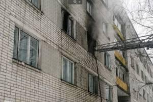 В брянском поселке Старь из горящей многоэтажки спасли человека