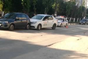 В Брянске на улице Молодежной таксист протаранил легковушку