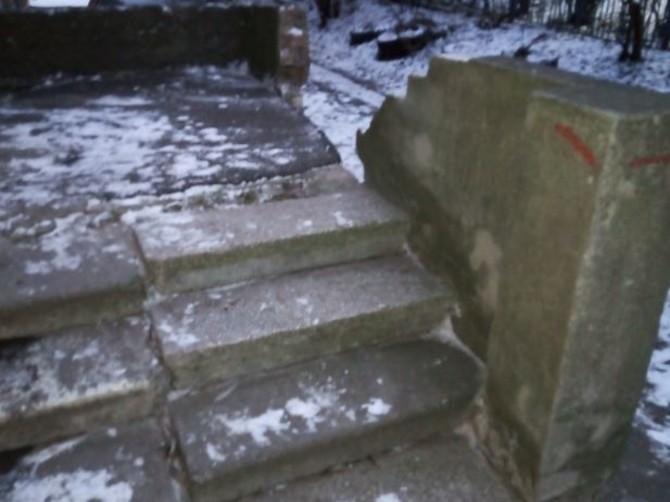 Жители брянской многоэтажки пожаловались на уничтоженное крыльцо
