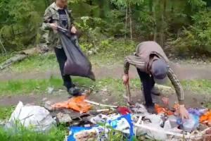 В поселке Белые Берега юные велосипедисты убрали свалку