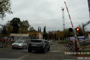 В Брянске автохам на Range Rover рискнул жизнью перед поездом