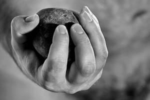 На рынке в Клинцах неадекватный мужчина напал с камнем на людей
