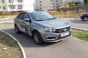 На улице Романа Брянского таксист заблокировал тротуар