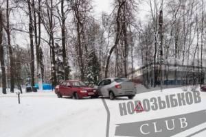 В Новозыбкове возле парка столкнулись две легковушки