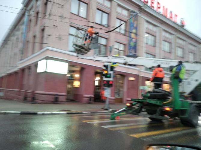 Центр Брянска встал в пробке из-за ремонтных работ возле ЦУМа