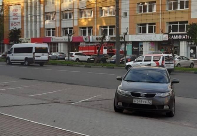 К офисному зданию в центре Брянска подъехали три пожарных машины