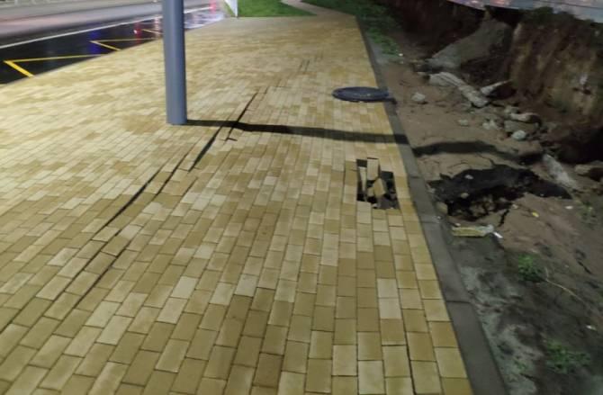 В Брянске развалился новый тротуар на улице Горбатова