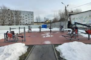 В Новозыбкове отклеилось резиновое покрытие на новой спортплощадке