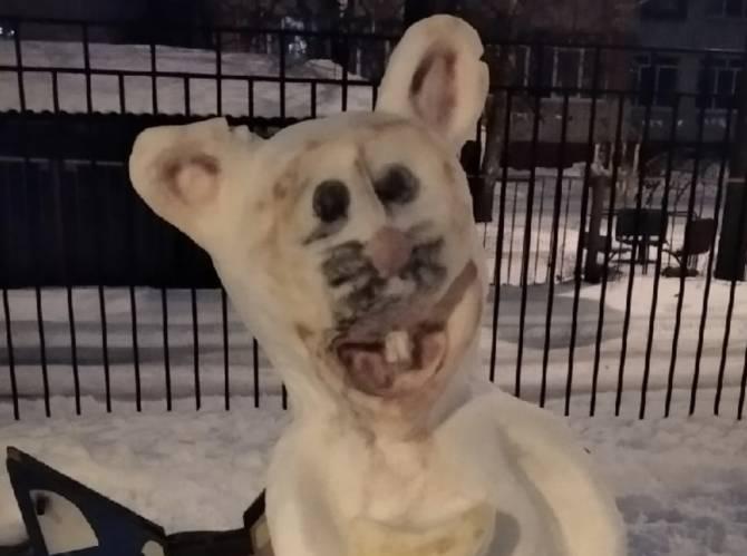 В Брянске слепили из снега жуткую крысу