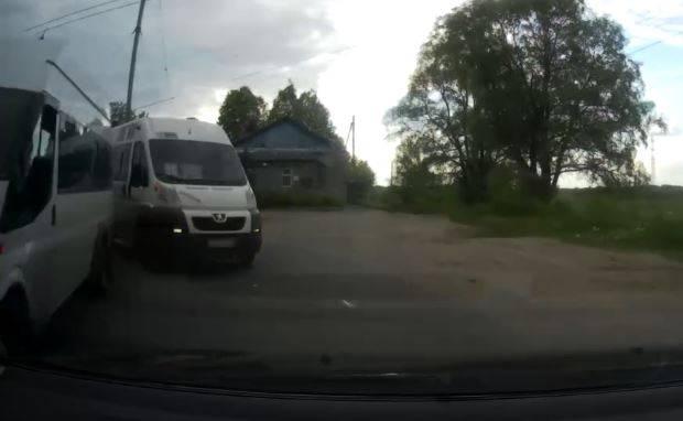 В Брянске водитель маршрутки №99 пошел в лобовую атаку на легковушку